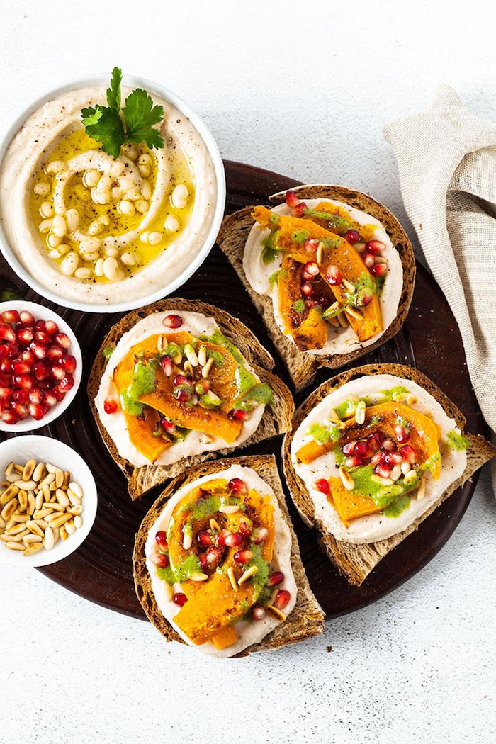 Schnelle Ideen für Fingerfood, Brotscheiben mit Humus und Frischobst, Party Essen Ideen