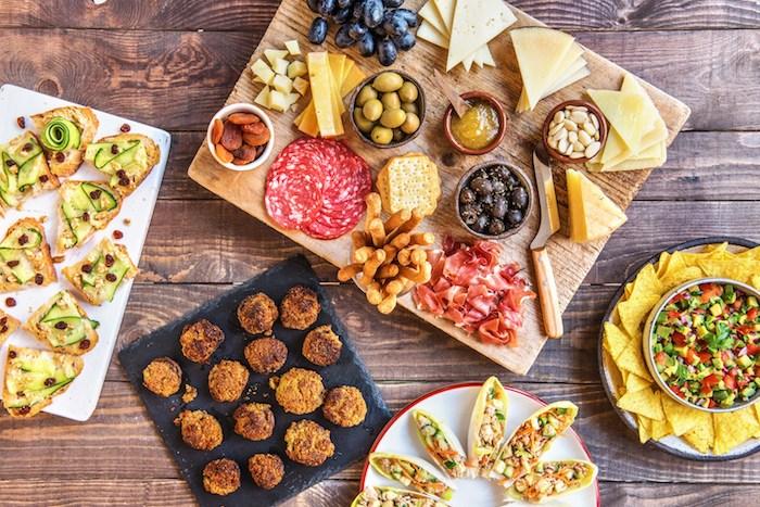 Fingerfood Ideen, Hühnerbisse Toasts mit Zucchini, unterschiedliche Käsesorten und Salami