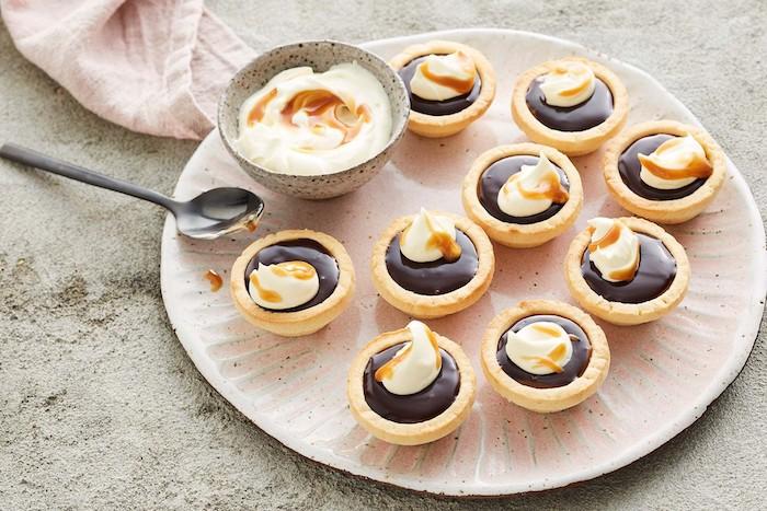Kleine Tarts mit Schokolade Baileys und Karamell, leckeres Fingerfood für Party Gäste