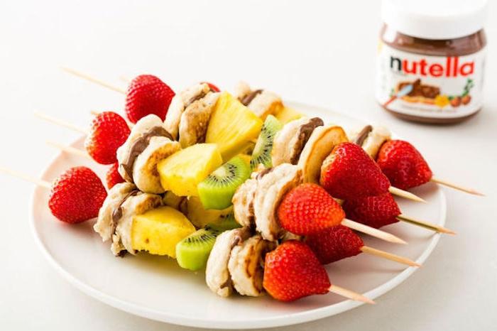Nutella Spieße, Mini Pfannkuchen mit Schokolade, Erdbeeren Kiwi und Ananas Stücke