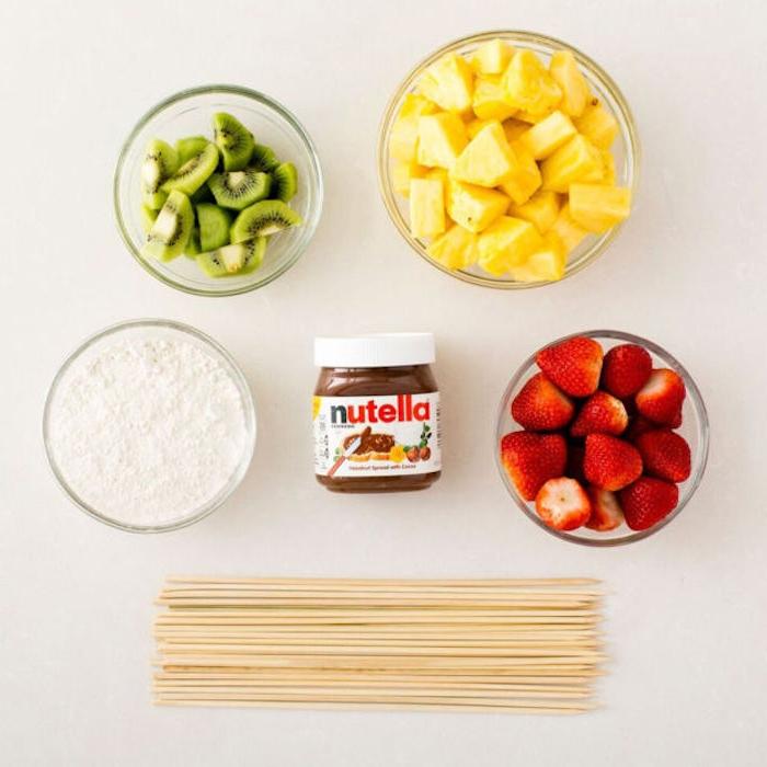 Nutella Spieße Rezept, Kiwi Ananas und Erdbeerstücke, Nutella und Puderzucker