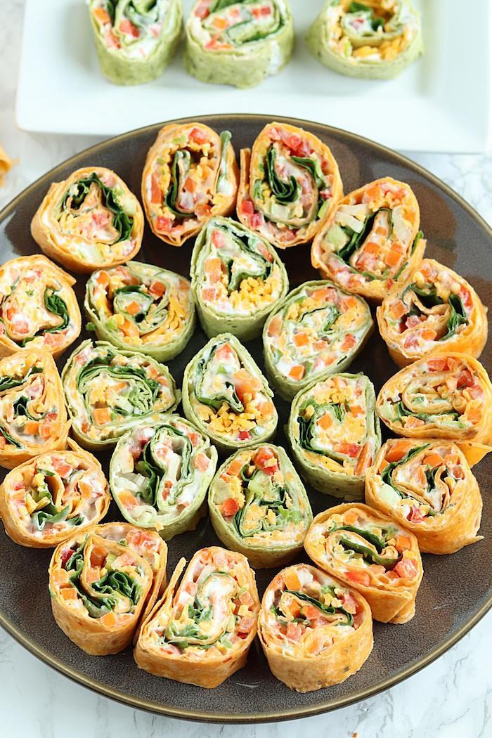 Tortilla Röllchen selber machen, schnelles und einfaches Fingerfood Rezept, Tortilla mit Hühnerfleisch und Frischgemüse