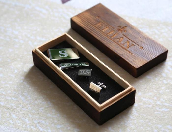 persönliches geschenk für mann, geschenkideen für den fraund, silberne manschetten mit initialen