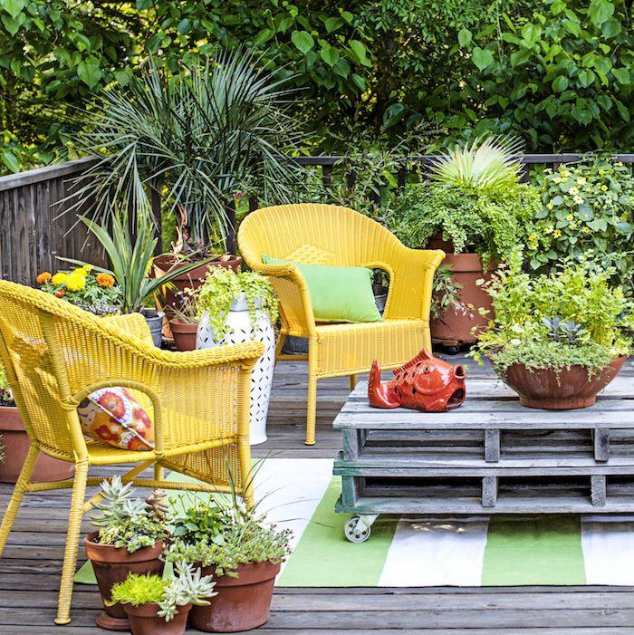 So lässt sich der Sommer genießen, bequeme Gartenmöbel, viele Grünpflanzen