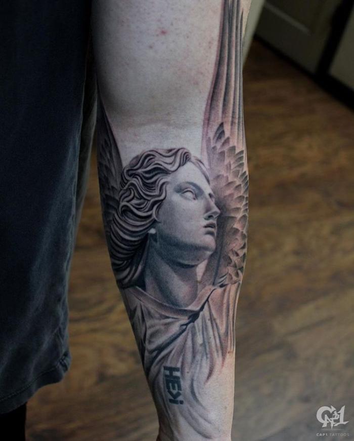 realistic tattoo am arm, 3d tätowierung am unterarm, frau mit engelsflügeln, griechische göttin