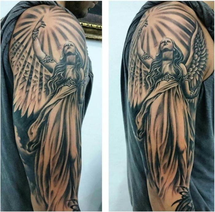 mann mit großer tätowierung in schwarz und grau, realistic tattoo am arm, frau mit flügeln