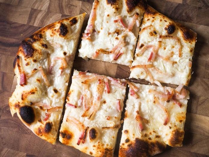 tarte flambee zubereitung, rezepte für flammkuchen, mittagessen ideen, essen pizza