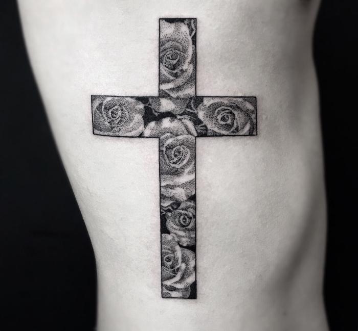 rose tattoo beudeutung, mann mit schwarz grauer tätowierung an der körperseite, blumen im kreuz