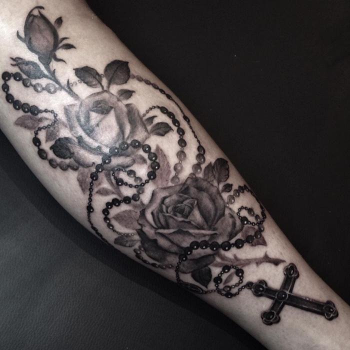 rosenkranz tattoo ideen, detaillierte tätowierung am bein, 3d tattoo in schwarz und grau, blumen