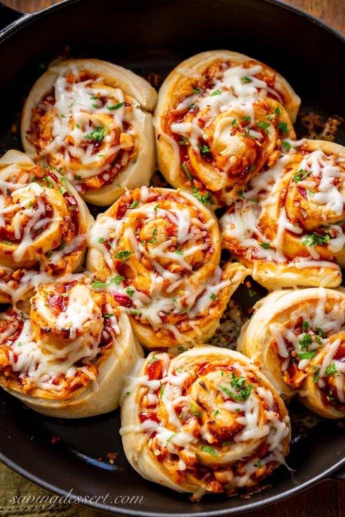 Pizza Röllchen mit Hühnerfleisch und Käse, Fingerfood Rezept schnell und einfach