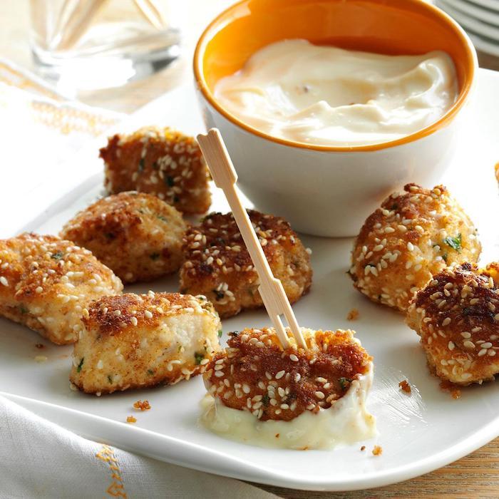 Hühnerbisse mit Sesam und weißer Soße, Fingerfood Rezept zum Vorbereiten