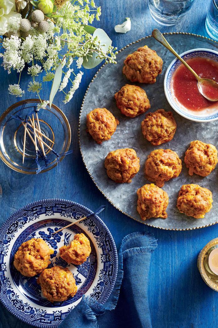 Hühnerbisse mit Tomatensoße, leckeres Partyessen zum Vorbereiten, kleine Party Snacks