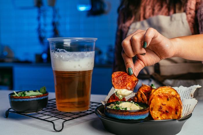 Chips aus Süßkartoffeln mit Mayo Dip servieren, schnelles Fingerfood für Party