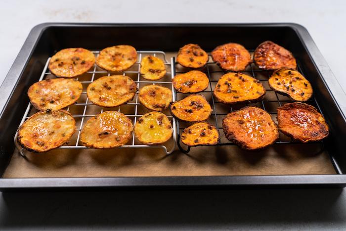 Dünne Kartoffelscheiben goldbraun backen, fettarme Kartoffelchips selber machen