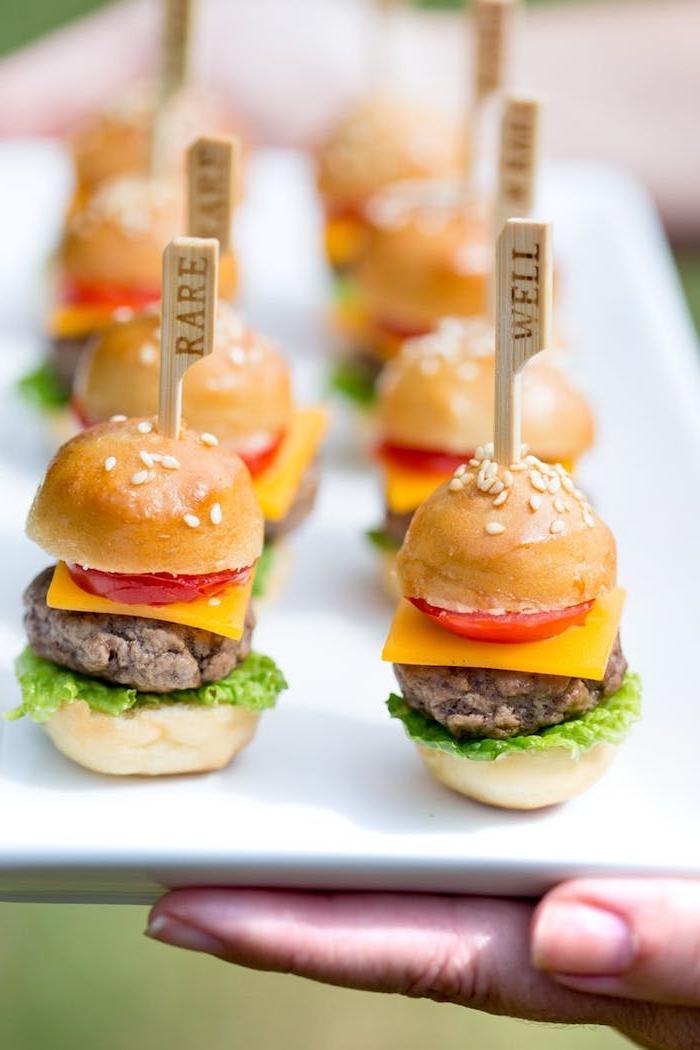 Mini Burger selber machen, schnelles Rezept für leckeres Party Essen, rare und well done Burger