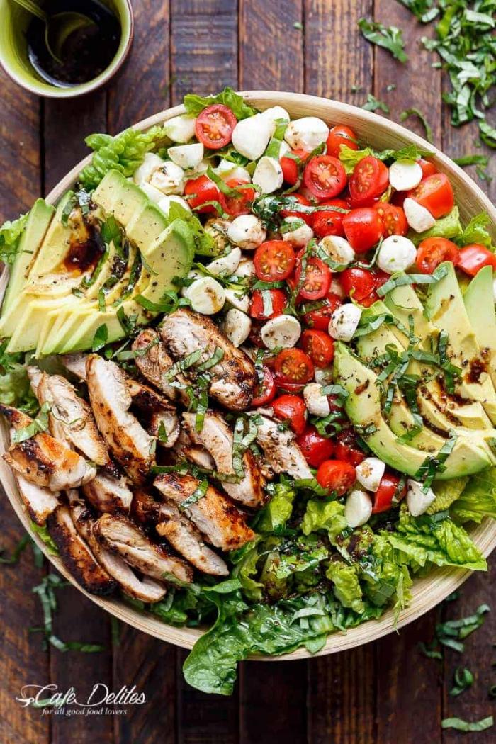 schnelle gerichte für jeden tag, gegrillte hühnerbrust mit salat aus avocadom cherry tomaten und mozzarella, caprese
