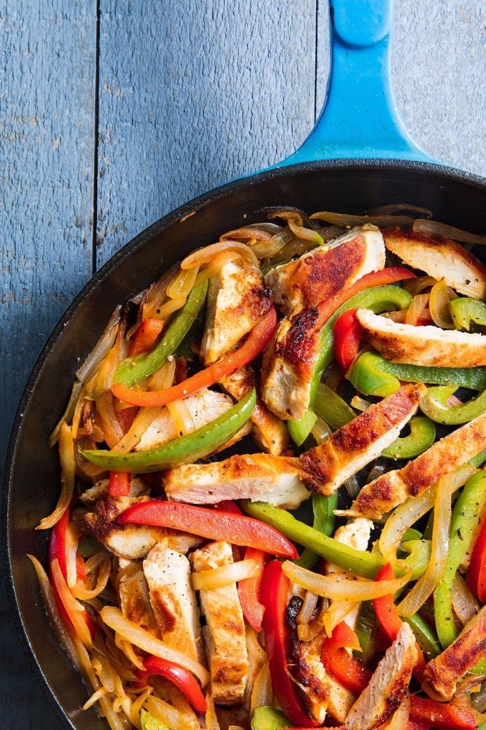 schnelle gerichte für jeden tag, hühnerbrust mitrotem und grünem paprika, leichtes abendessen sommer