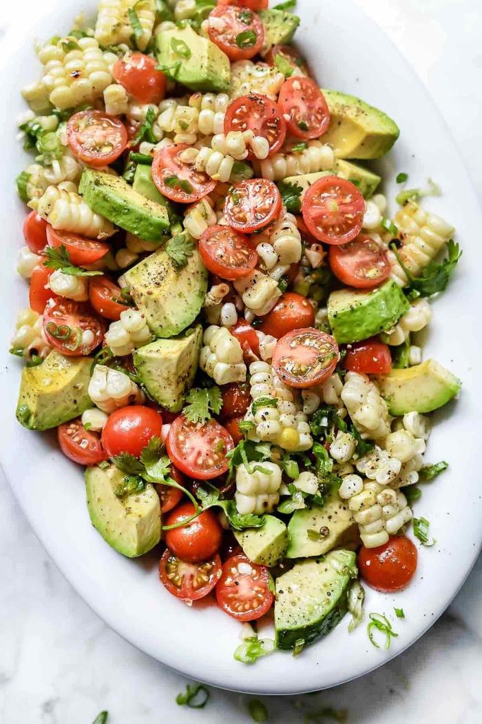 schnelle leckere gerichte, gegrilltes mais, avocado, cherry tomaten und ziegenkäse, firscher sommersalat
