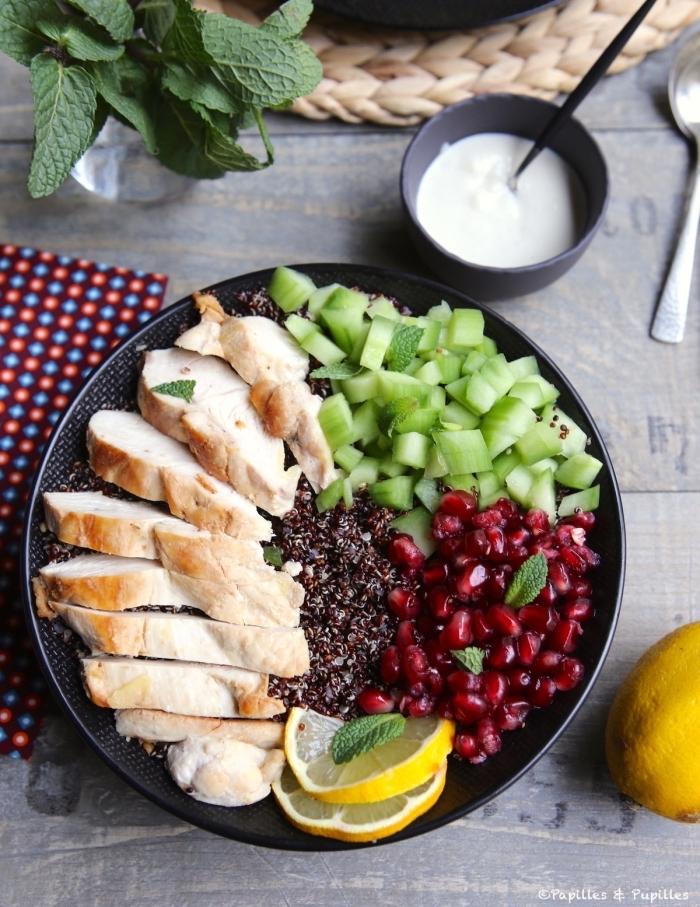 schnelle leckere gerichte, hühnerbrust salat aus gurken, granatapfelsamen, leichtes abendessen für den sommer