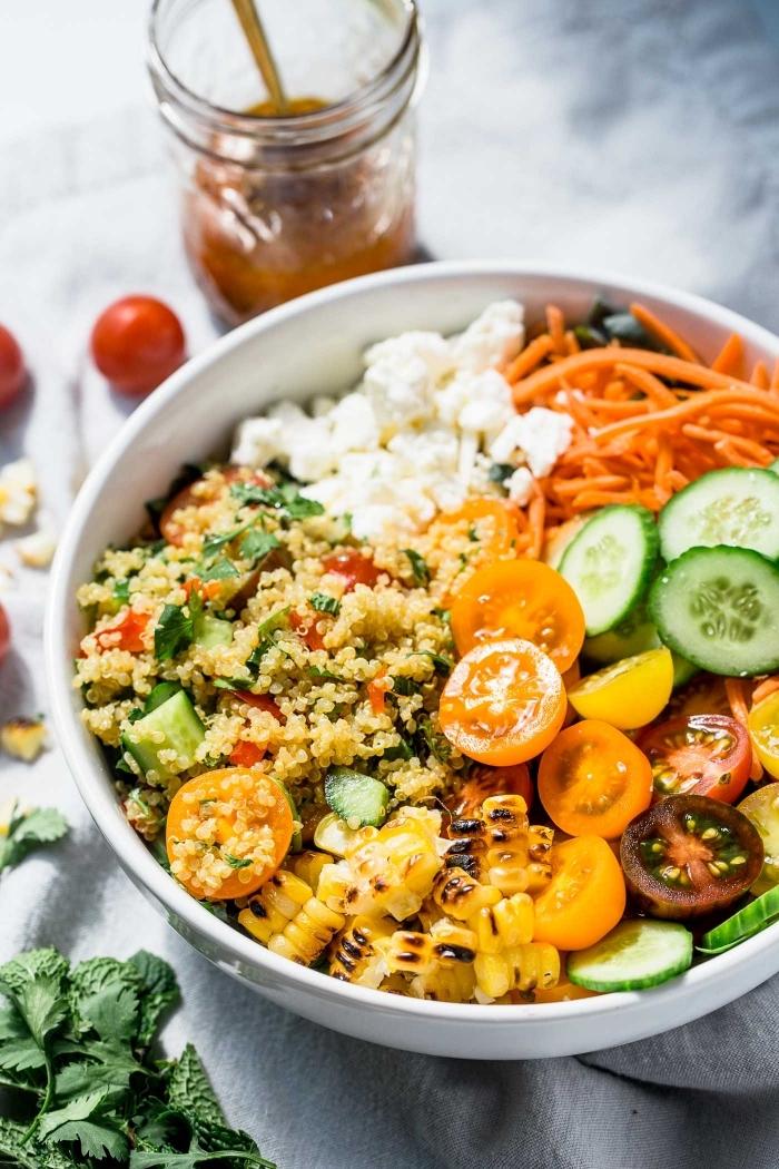 schnelle rezepte abendessen, salat mit cherry tomaten, quinoa, mais, karotten und gurken
