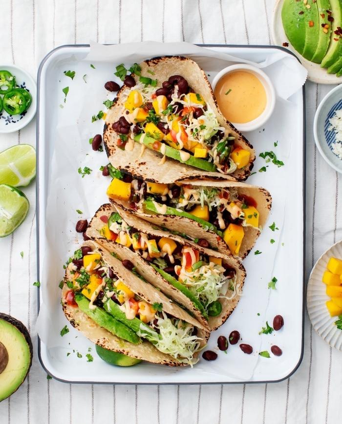 schnelle rezepte abendessen, vegetarische tocaos mit avocado, mais und schwarzen bohnen