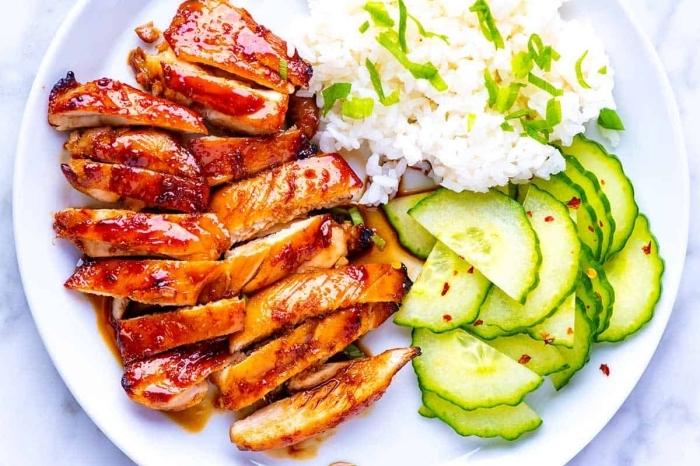 hühnerbrust mit sojasoße und honig, schnelle rezepte mittagessen, salat aus gurken, reis