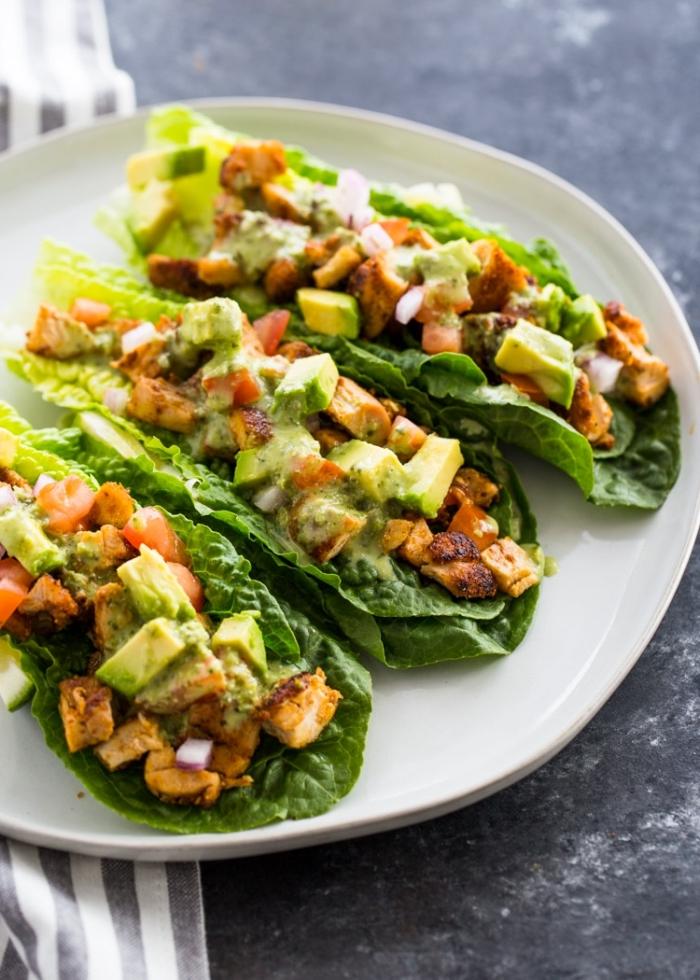 schnelle rezepte ohne kohlenhydrate, gesunde tacos und grünem salat gefüllt mit avocado und hphnerfleisch