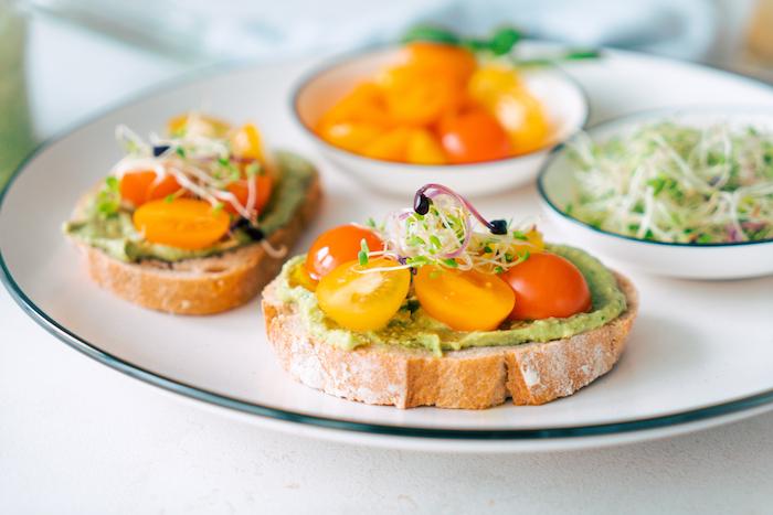 Schnelle und leckere Brunch Rezepte, Basilikum Pesto mit Avocado auf Brot