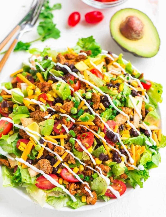 schnelle sommer rezepte, gesunder salat mit bohnen, cherry tomaten, avocado und cheddar käse