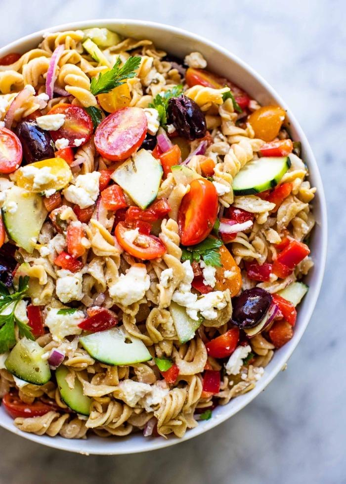 schnelle sommer rezepte, geusnder salat mit pasta, zucchini, cherry tomaten und ziegenkäse