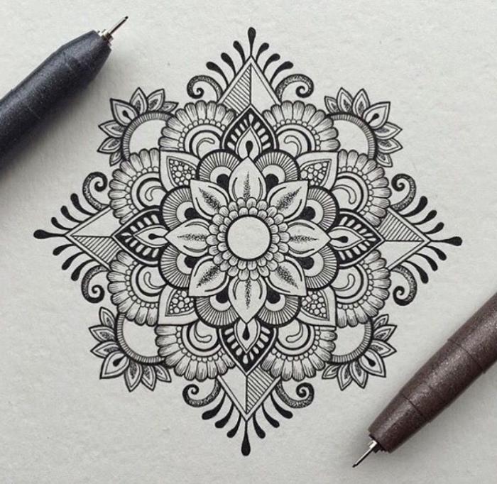 mandala zeichnen, detaillierte zeichnung miz floralen und geoemtrischen motiven, schöne bilder zum selber malen, blume