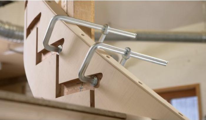 silberne Schraubzwingen, die eine Treppe zu bauen verhelfen, die Nummer Sieben