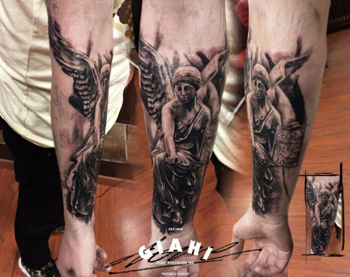 schutzengel tattoo ideen, realistische tätowierung am unterarm, 3d tattoo designs für männer