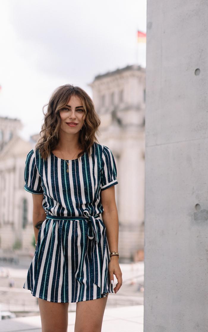 Gestreiftes Minikleid in Weiß und Dunkelblau mit kurzen Ärmeln, Sommermode 2019