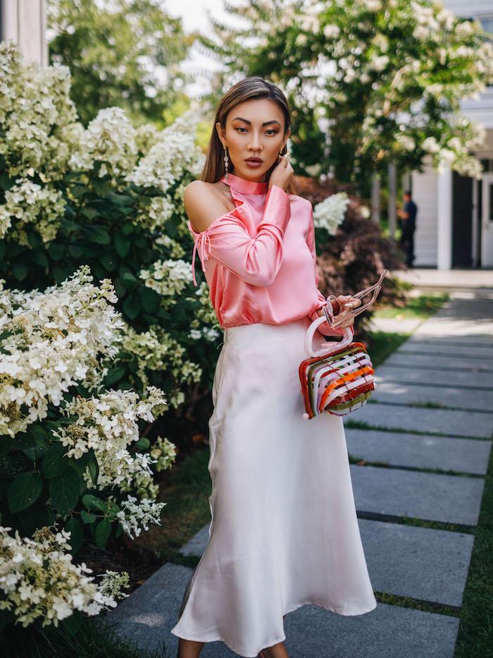 Elegante Sommermode für Frauen, Satin Outfit, langer weißer Rock, schulterfreies Top in Rosa
