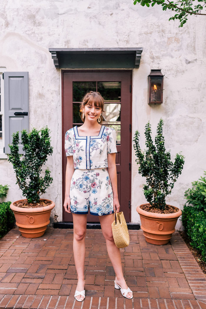 Sommer Outfit für den Alltag, kurze Hose mit hoher Taille, kurzes Oberteil, weißes Outfit mit Blumenmuster