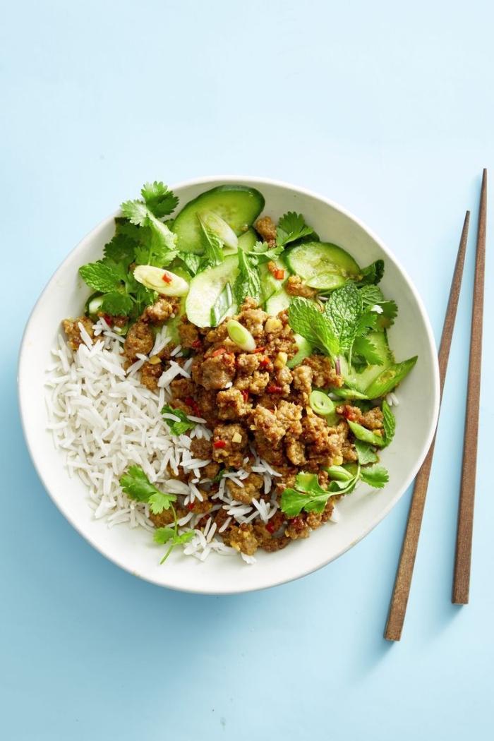 sommer rezepte für heiße tage, hackfleisch mit reis, salat aus gurken und pfefferminze