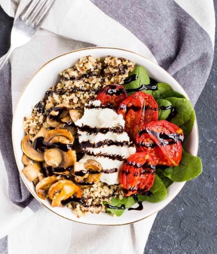 sommer rezepte für heiße tage, sommersalat mit ricotta, cherry tomaten, spinat, pilzen und quinoa