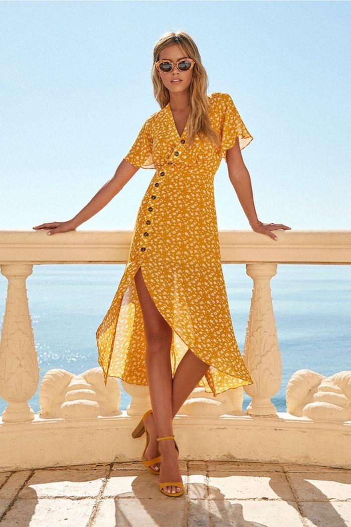 Sommermode Ideen, langes gelbes Kleid mit Schlitz und gelbe Sandalen, Strand Mode 2019