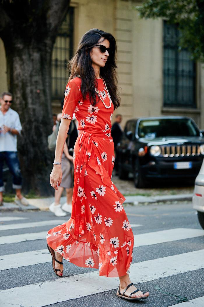 Modetendenzen Sommer 2019, langes rotes Kleid mit Blumenmuster, schwarze Sandalen