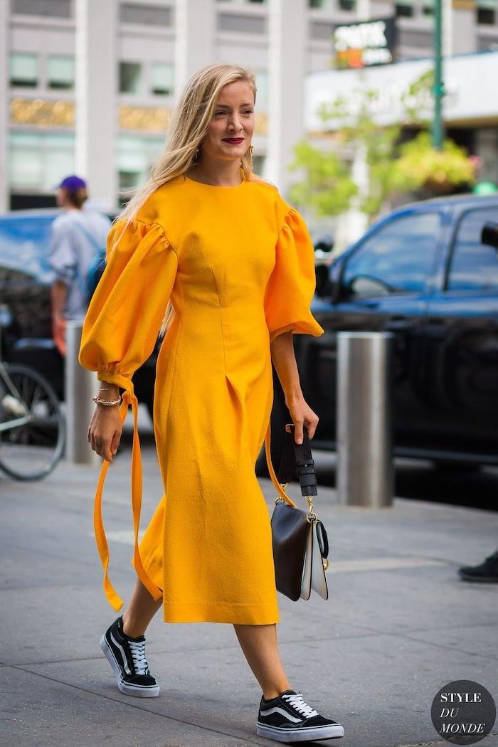 Sommermode 2019 für Damen, gelbes langes Kleid mit weiten Ärmeln, schwarze Sneakers