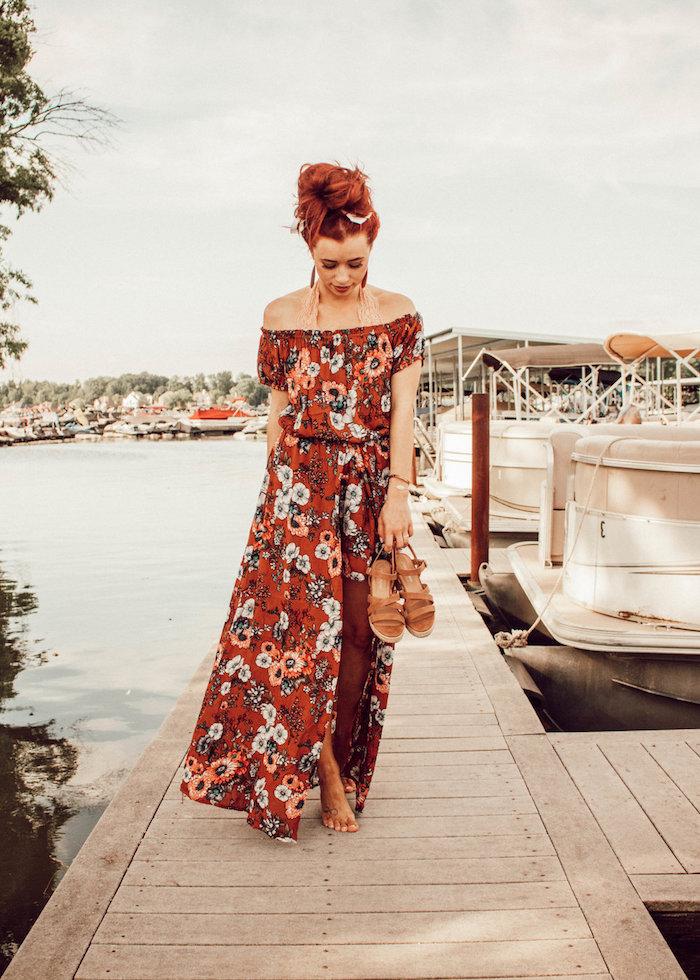 Langes schulterfreies rotes Sommerkleid mit Blumenmuster, Sommermode Tendenzen 2019