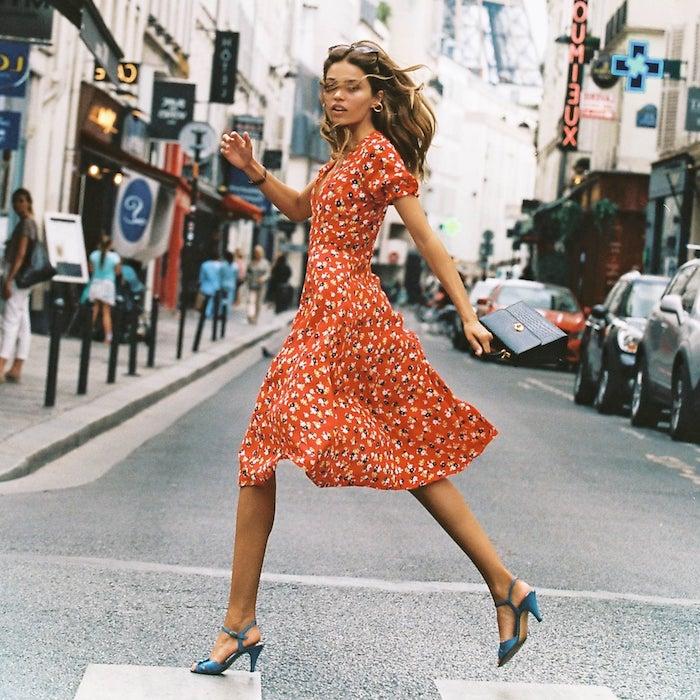 Rotes knielanges Sommerkleid mit Blumenmuster, Kleid mit kurzen Ärmeln, blaue Pumps
