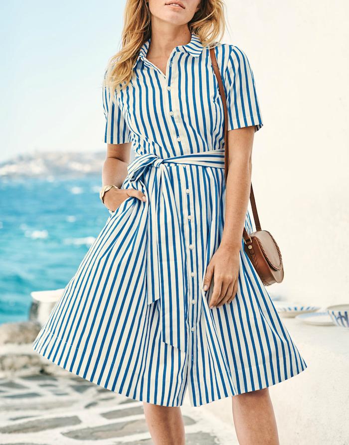 Gestreiftes Sommerkleid in Weiß und Blau mit kurzen Ärmeln, braune Ledertasche