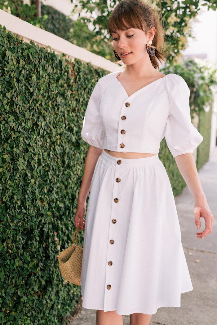 Weißes Sommer Outfit, Rock mit hoher Taille und kurzes Oberteil, Rattan Tasche, Mode Trends 2019