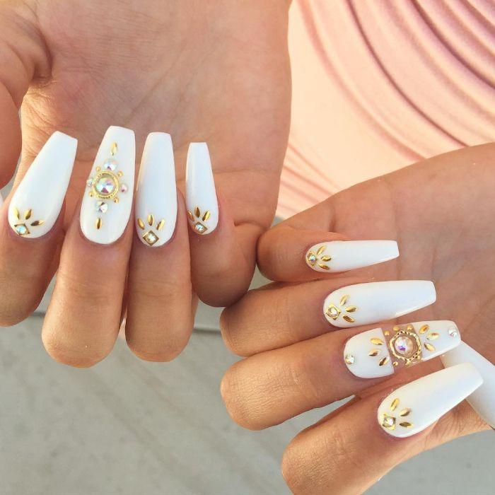 ballerina nägel weiß, weiße lange maniküre mit goldenen dekorationen und perlen