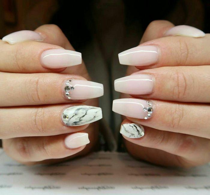gelnägel kurz, weiß und rosa mit marmoreffekt und eine perle auf zwei fingern