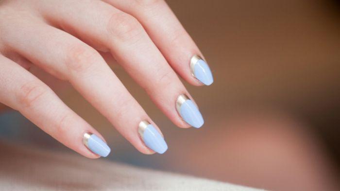 gelnägel kurz bis mittellang, blaue nagelfarbe mit goldene deko auf dem oberen teil