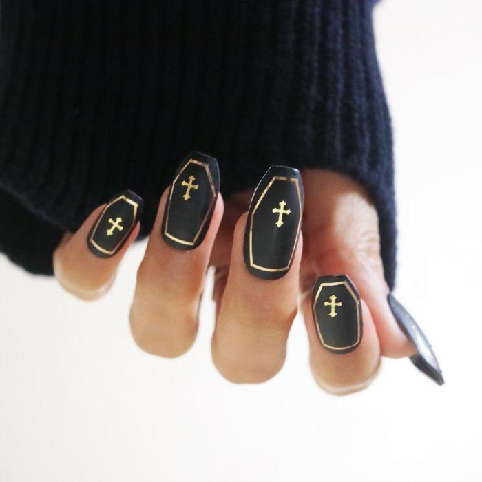 gelnägel kurz, schwarze nägel mit goldenen dekorationen, kreative nägel