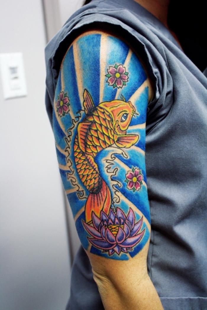 symbol für neuanfang, halb sleeve mit japanischen motiven, koi fisch, farbige tätowierun am oberarm